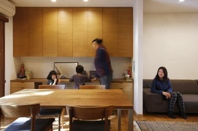 勉強コーナーのあるダイニング (空き家になった実家の二世帯住宅の一世帯をフルリノベーション)