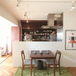 ダイニングキッチン (環境抜群のメゾネットを東欧風インテリアを楽しむ空間に)
