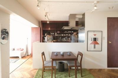環境抜群のメゾネットを東欧風インテリアを楽しむ空間に (ダイニングキッチン)