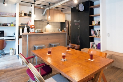 ダイニングキッチン (アクセスのよいセンター収納と もののサイズに合わせた造作家具がカギ)