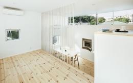 燕居 swallow house (裏の緑へ抜ける窓、高さによる気持ちよさの違いを楽しめる部屋)