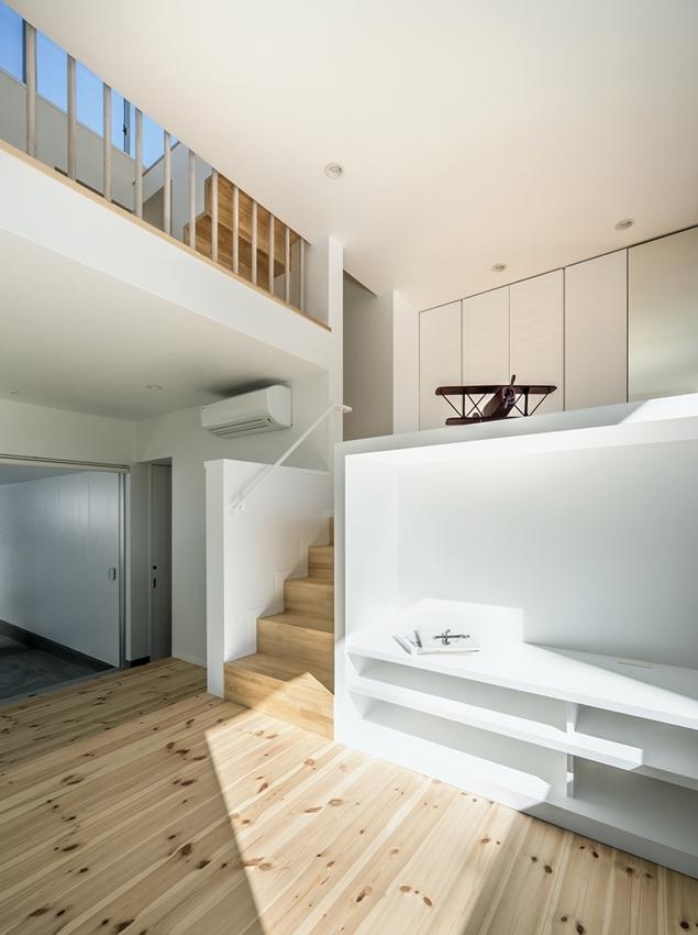 燕居 swallow houseの部屋 スキップフロアの段差から、空まで視線と風が抜けるリビング