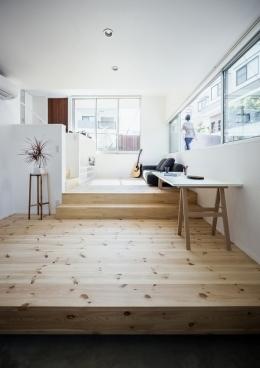 燕居 swallow house (異なる高さの外部空間と一体となるリビング)