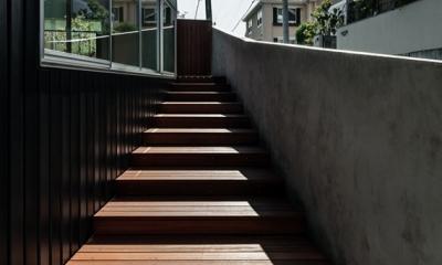 燕居 swallow house (坂道の勾配に合わせて設けられたアプローチデッキ階段)
