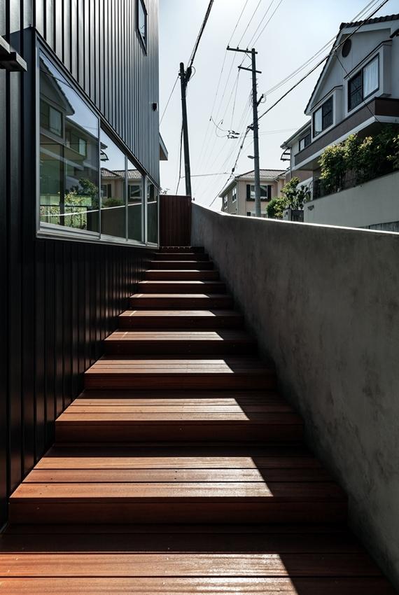 燕居 swallow houseの部屋 坂道の勾配に合わせて設けられたアプローチデッキ階段