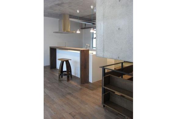 NS邸 ワンルーム空間のメゾネット住宅の部屋 アイランドキッチンのダイニング