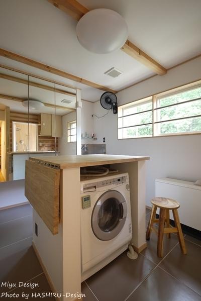 森を望む家 (アイランドカウンターのある洗面所)