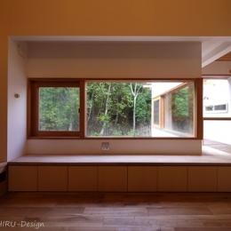 森を望む家 (リビングの木製窓から楽しむ森の景色)