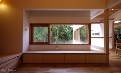 リビングの木製窓から楽しむ森の景色|森を望む家