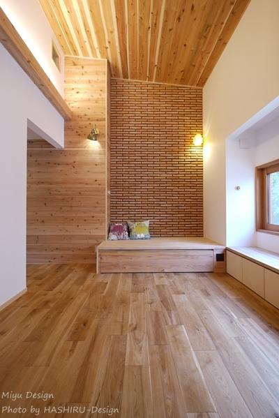 森を望む家の部屋 リビングのコーナーベンチ