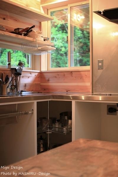 見せるキッチン、森の風景と並ぶOPEN棚収納 (森を望む家)