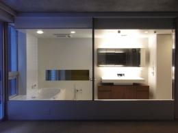 NS邸 ワンルーム空間のメゾネット住宅 (開放感あふれるバスルーム)