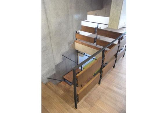 NS邸 ワンルーム空間のメゾネット住宅の部屋 空気と視線を通す階段
