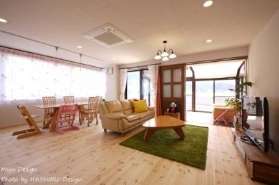 柔らかい雰囲気の広々リビングダイニング (フレンチナチュラルスタイルの家)