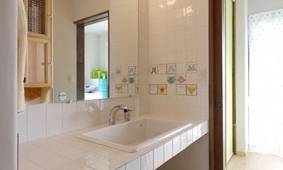 手描き風タイルのある洗面台|フレンチナチュラルスタイルの家