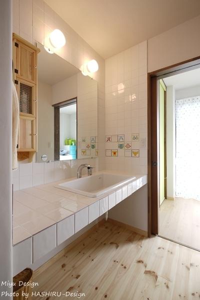 フレンチナチュラルスタイルの家 (手描き風タイルのある洗面台)