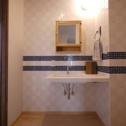 フレンチナチュラルスタイルの家 (市松貼りタイルの洗面所)