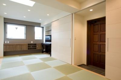 タタミの広間のようなリビングとつながる玄関 (MK邸 リノベーションでつくる知恵の空間)