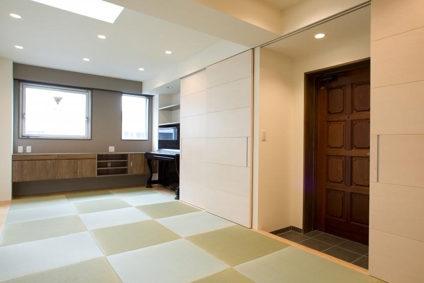 MK邸 リノベーションでつくる知恵の空間の部屋 タタミの広間のようなリビングとつながる玄関