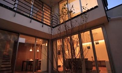 ファミリーポートレイト (中庭から見る夕景)