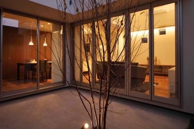 ファミリーポートレイト (中庭から室内を見る)
