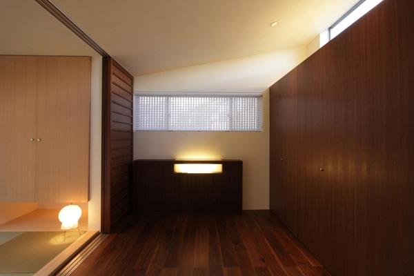 ファミリーポートレイトの写真 ステップフロアの寝室