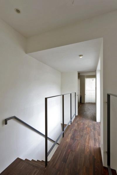 hikariniwa (階段吹き抜けから廊下)