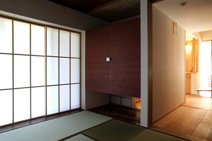 ナツミカンの木と家の写真 和室