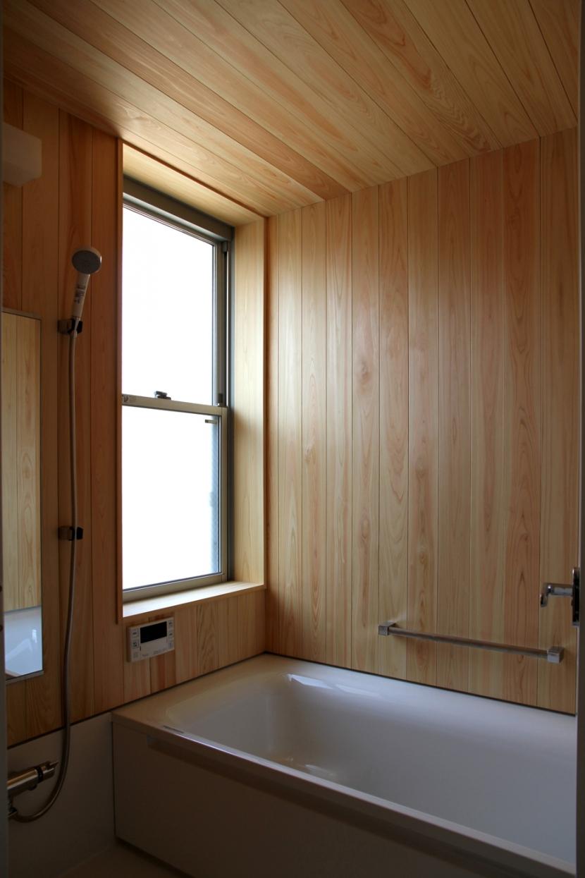 ナツミカンの木と家の写真 檜張りのお風呂
