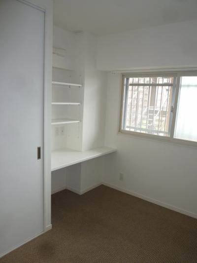 空間をうまく利用した寝室 (『50代からのリノベーション』 調布邸)