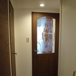 『50代からのリノベーション』 調布邸 (ステンドグラス調のドア)