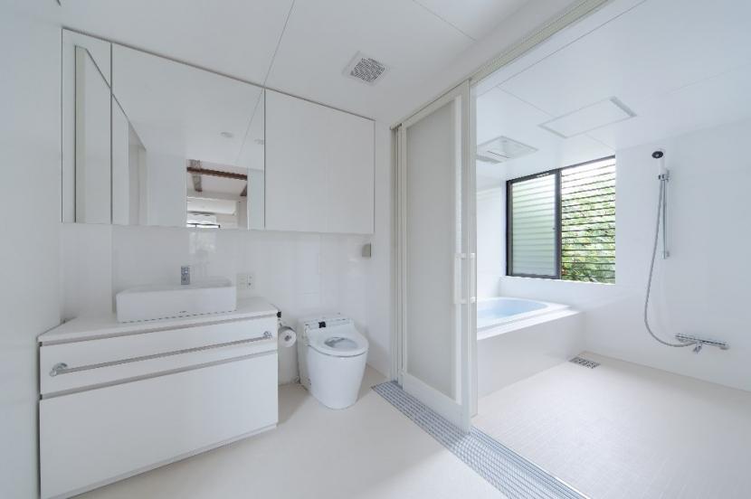 彩ちゃんの家〜大きな吹き抜けサロンのあるバリアフリー対応住宅【大阪市】 (洗面室・浴室)