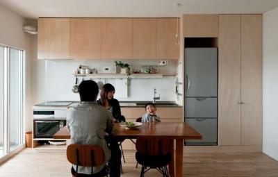 シンプルな製作キッチン (引き算の家|シンプル・ナチュラルなマンションリノベーション【京都市】)