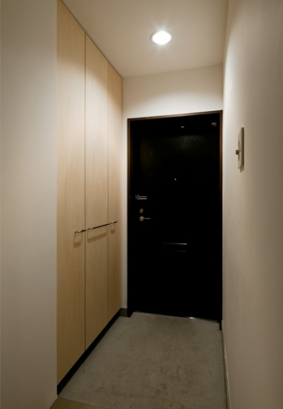 無駄な装飾を取り払ったシンプルなエントランス (引き算の家|シンプル・ナチュラルなマンションリノベーション【京都市】)