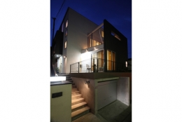 T+Kハウジング 2つの庭をもつ2世帯住宅 (夜の外観)