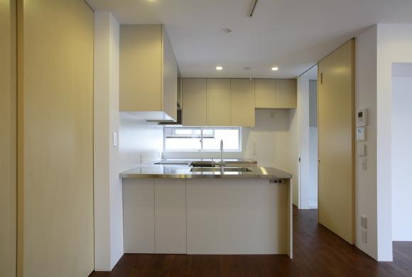 T+Kハウジング 2つの庭をもつ2世帯住宅 (親世帯のキッチン)