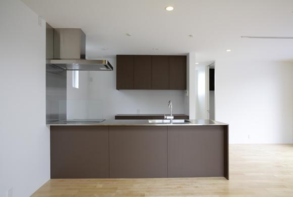 T+Kハウジング 2つの庭をもつ2世帯住宅 (子世帯のキッチン)