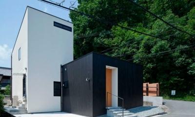 モノトーンのハコが組み合わさった外観|小さな中庭と大きな縁側|プライバシーを守りながら開放的に住む住宅【奈良県生駒市】