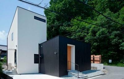 モノトーンのハコが組み合わさった外観 (小さな中庭と大きな縁側|プライバシーを守りながら開放的に住む住宅【奈良県生駒市】)