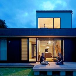 小さな中庭と大きな縁側|プライバシーを守りながら開放的に住む住宅【奈良県生駒市】 (ウッドデッキ夜景)