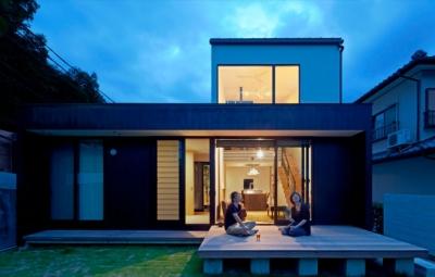 ウッドデッキ夜景 (小さな中庭と大きな縁側|プライバシーを守りながら開放的に住む住宅【奈良県生駒市】)