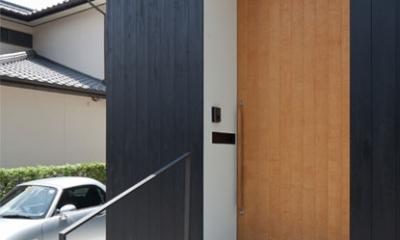 小さな中庭と大きな縁側|プライバシーを守りながら開放的に住む住宅【奈良県生駒市】 (モノトーンのハコが組み合わさった外観)