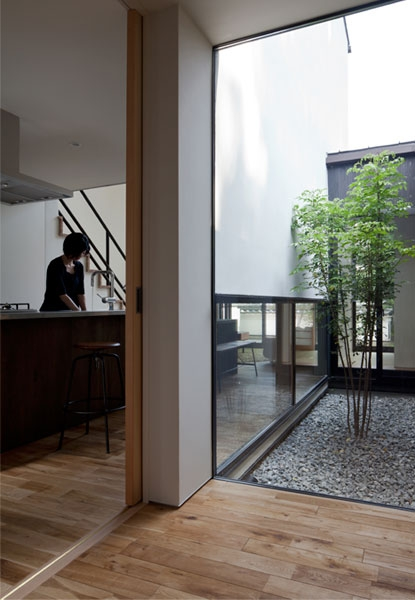 建築家:山本嘉寛/YYAA「小さな中庭と大きな縁側の家」