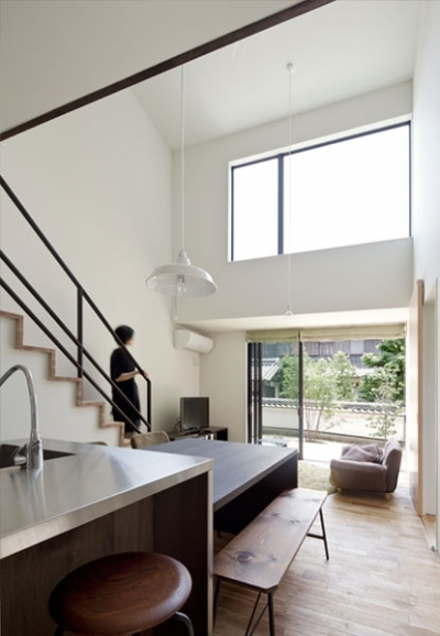 小さな中庭と大きな縁側|プライバシーを守りながら開放的に住む住宅【奈良県生駒市】 (吹抜と縁側のあるリビング)