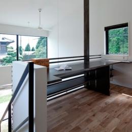 小さな中庭と大きな縁側|プライバシーを守りながら開放的に住む住宅【奈良県生駒市】 (吹抜に面したライブラリ)