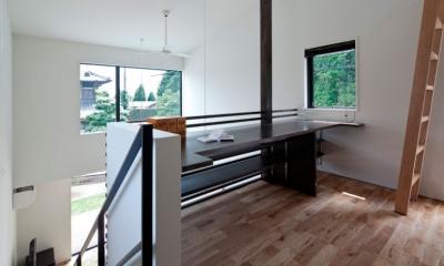 吹抜に面したライブラリ|小さな中庭と大きな縁側|プライバシーを守りながら開放的に住む住宅【奈良県生駒市】