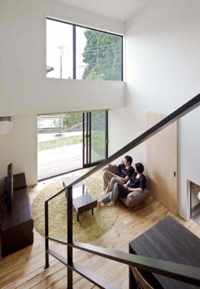 吹抜と縁側のあるリビング (小さな中庭と大きな縁側|プライバシーを守りながら開放的に住む住宅【奈良県生駒市】)