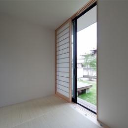 小さな中庭と大きな縁側|プライバシーを守りながら開放的に住む住宅【奈良県生駒市】 (縁側のある和室小間)