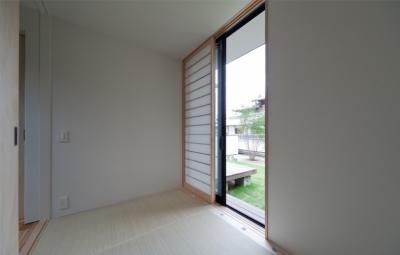 縁側のある和室小間 (小さな中庭と大きな縁側|プライバシーを守りながら開放的に住む住宅【奈良県生駒市】)