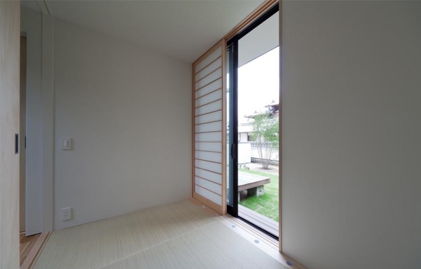 小さな中庭と大きな縁側の部屋 縁側のある和室小間
